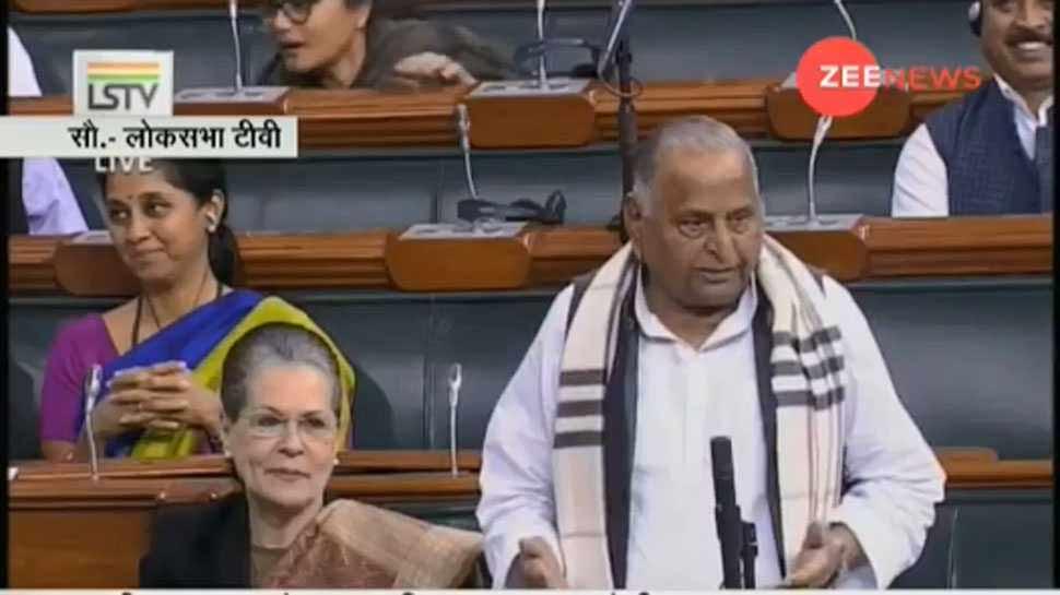 जब मुलायम ने की प्रधानमंत्री नरेंद्र मोदी की तारीफ तो साथ बैठी सोनिया गांधी मुस्कुरा दीं