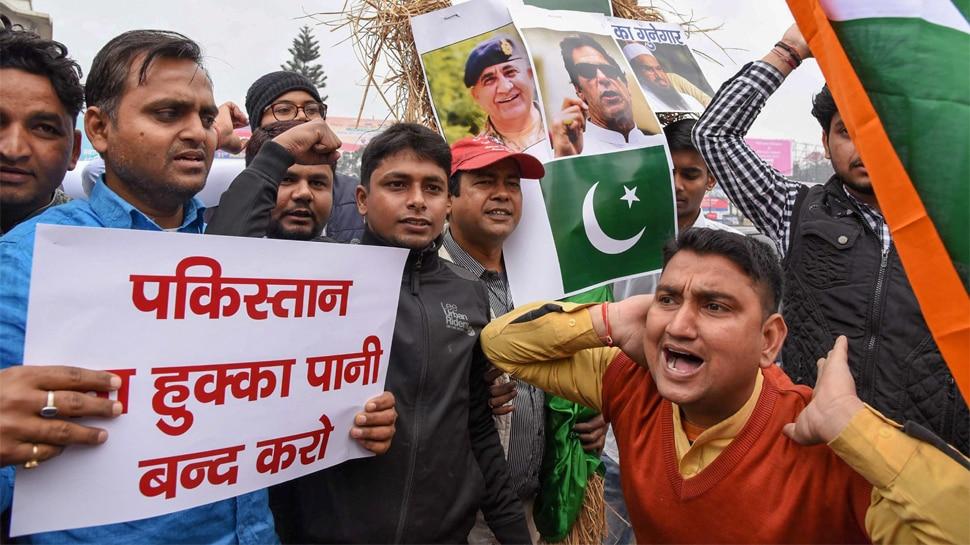 पुलवामा आतंकी हमले से बिहार में आक्रोश, लोगों ने की सर्जिकल स्ट्राइक की मांग