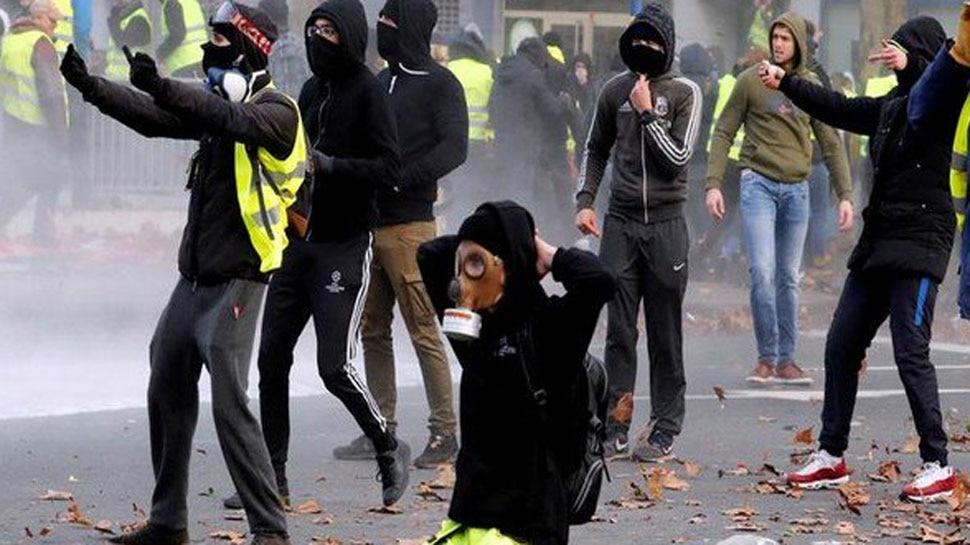 येलो वेस्ट प्रदर्शन : करों का विरोध कर रहे प्रदर्शनकारियों को खदेड़ने के लिए पुलिस ने आंसू गैस के गोले दागे