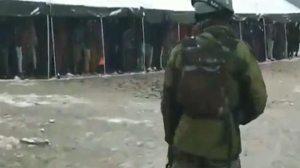 VIDEO: बर्फबारी के बीच दो हजार से ज्यादा कश्मीरी युवकों ने सेना की भर्ती रैली में लिया हिस्सा