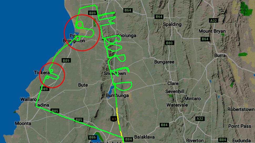 """प्लेन उड़ाने से बोर हो गया Pilot तो आसमान को बनाया कैनवास और लिख दिया """"IM BORED"""""""