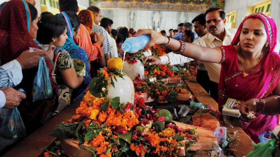 MahaShivratri 2019: महाशिवरात्रि पर भोलेनाथ को इन मंत्रों से करें प्रसन्न, घर में ऐसे करें पूजा-अर्चना