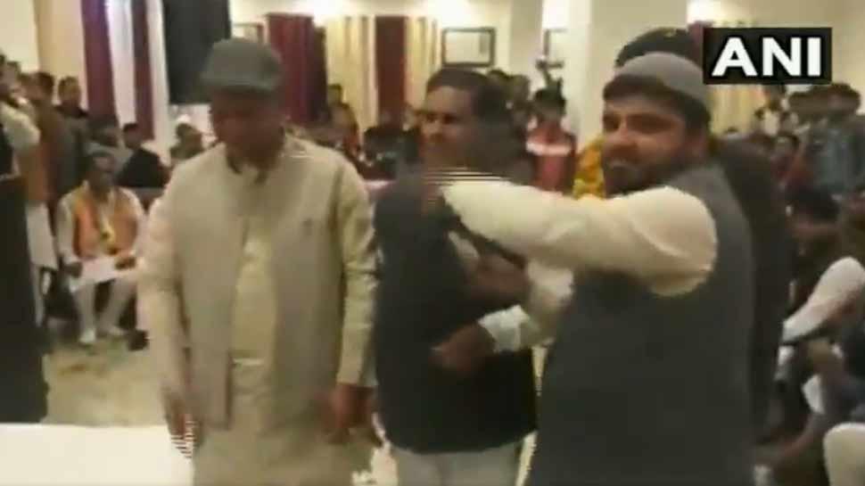 रुड़की: पुलवामा के शहीदों के श्रद्धांजलि कार्यक्रम में कांग्रेस नेताओं ने उड़ाए नोट, VIDEO VIRAL