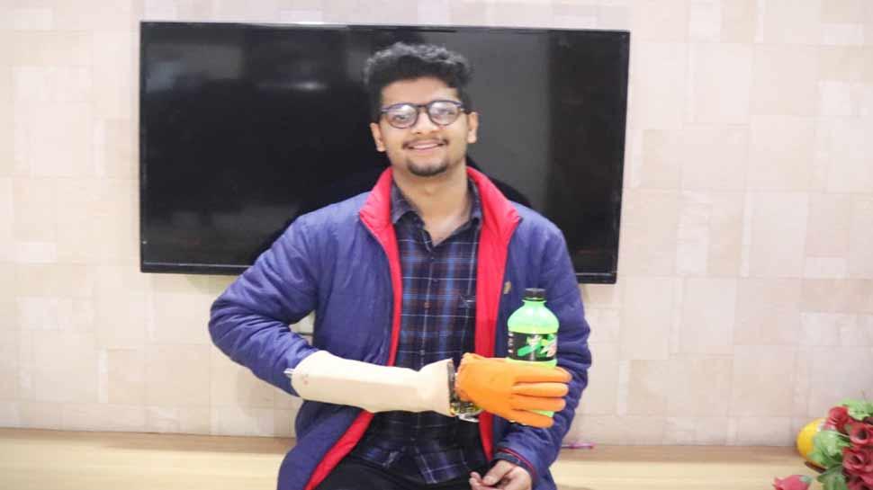 दिव्यांग दोस्त के लिए इस छात्र ने वेस्ट मटेरियल से बना दिया कृत्रिम रोबोटिक हाथ