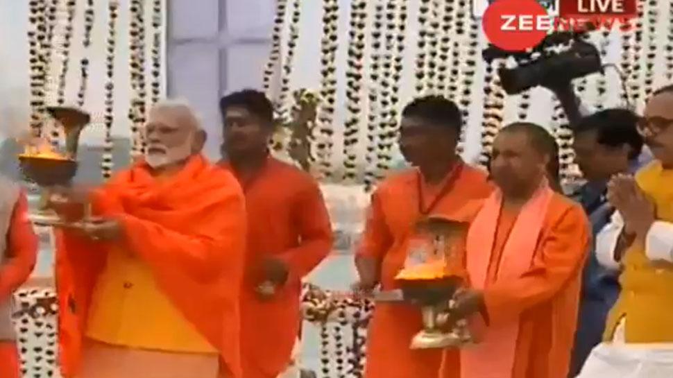 कुंभ नगरी पहुंचे PM मोदी ने संगम में लगाई डुबकी, गंगा आरती भी की