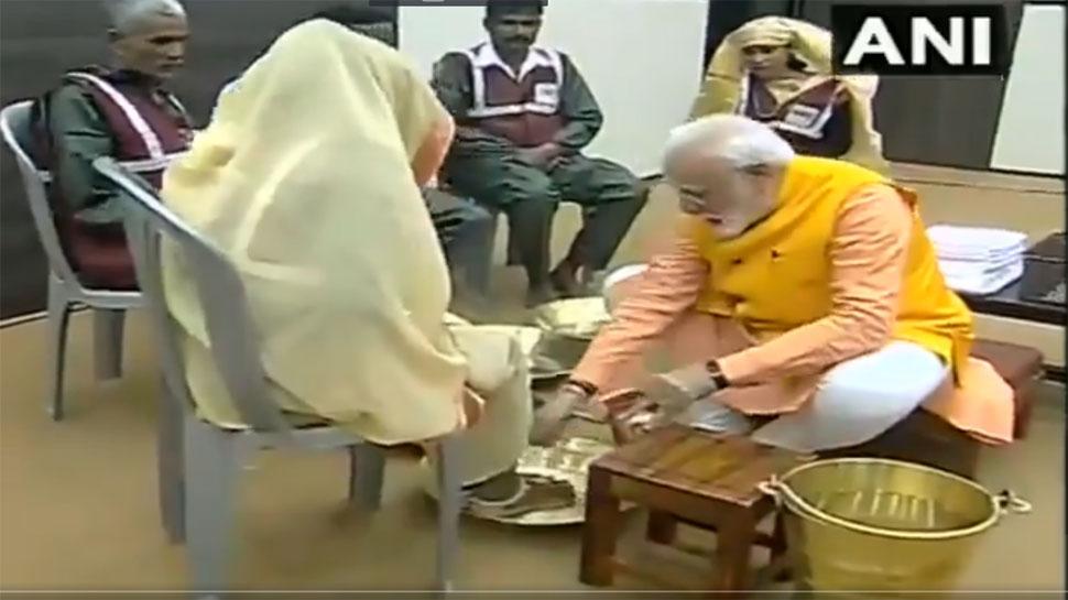 VIDEO: प्रधानमंत्री मोदी ने कुंभ में पेश की मिसाल, स्वच्छता कर्मियों के धोए पैर और दिया सम्मान