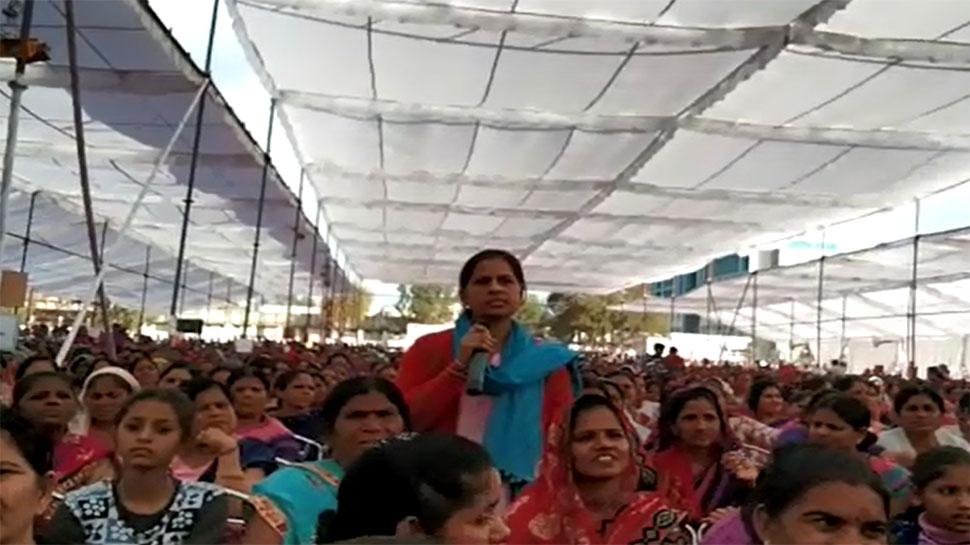 VIDEO: आंगनबाड़ी कार्यकर्ता ने 'मंत्री जी' से पूछा, हमारी योग्यता तो पूछ ली, कृपया अपनी भी बताइए
