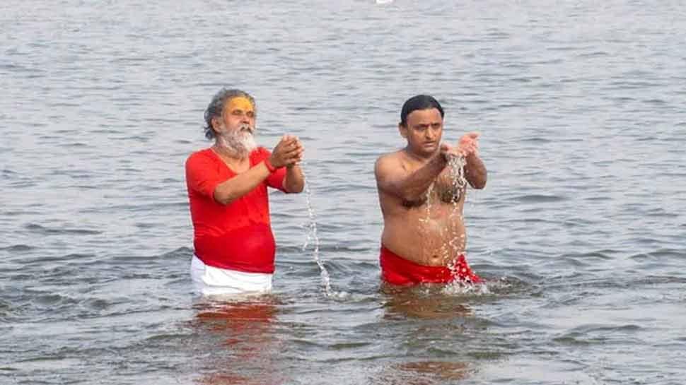 अखिलेश यादव दिखें 'रामनामी पटके' के साथ, BJP ने याद दिलाया अयोध्या गोलीकांड