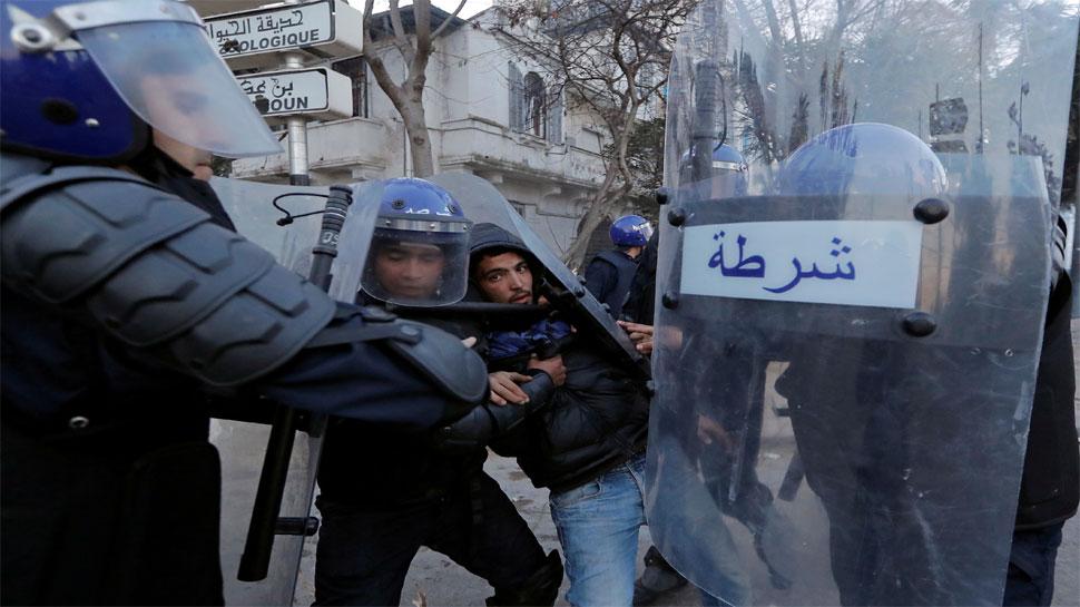 अल्जीरिया : राष्ट्रपति के खिलाफ प्रदर्शन कर रहे लोगों के साथ पुलिस की झड़प, 45 गिरफ्तार