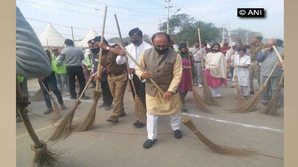 कुंभ में 10000 सफाई कर्मियों ने एकसाथ लगाई झाड़ू, बनाया विश्व कीर्तिमान