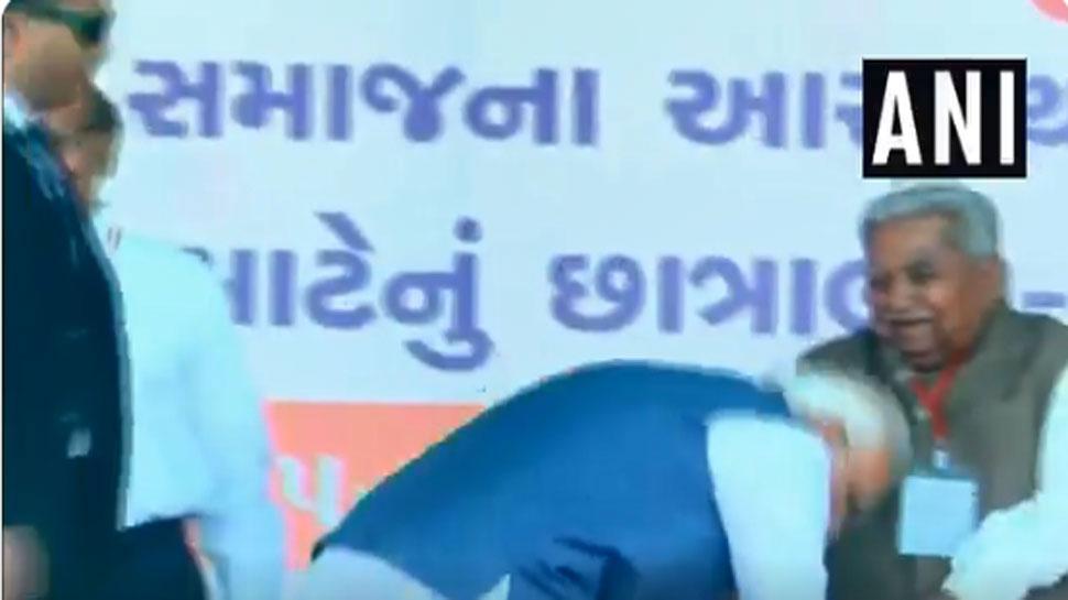 VIDEO: जब PM मोदी ने गुजरात के पूर्व CM केशुभाई पटेल के पैर छूकर लिया आशीर्वाद