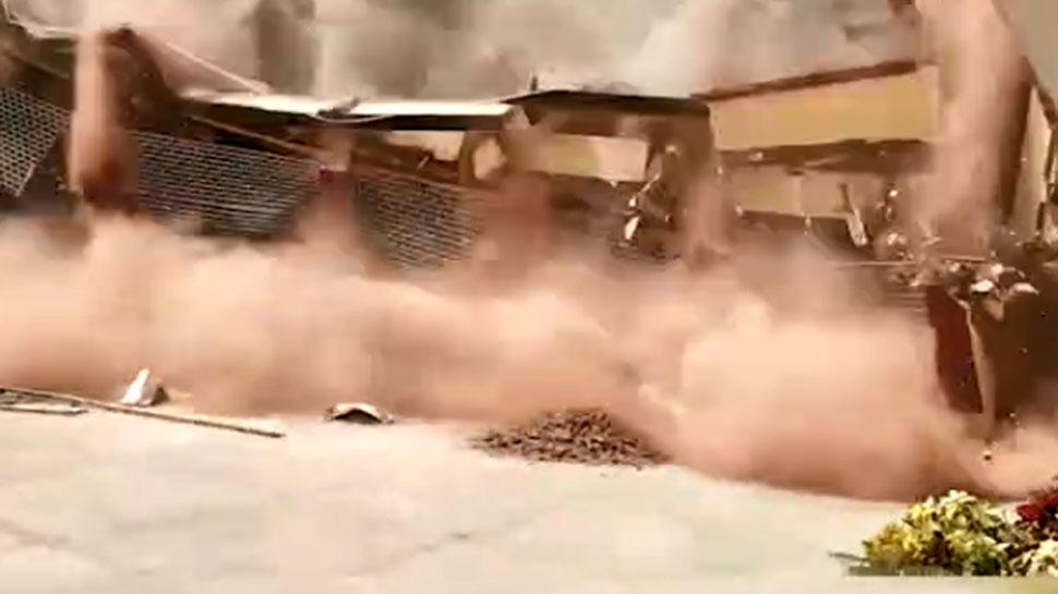 VIDEO: स्कूल में चल रहा था मरम्मत का काम, अचानक ढह गई तीन मंजिला इमारत