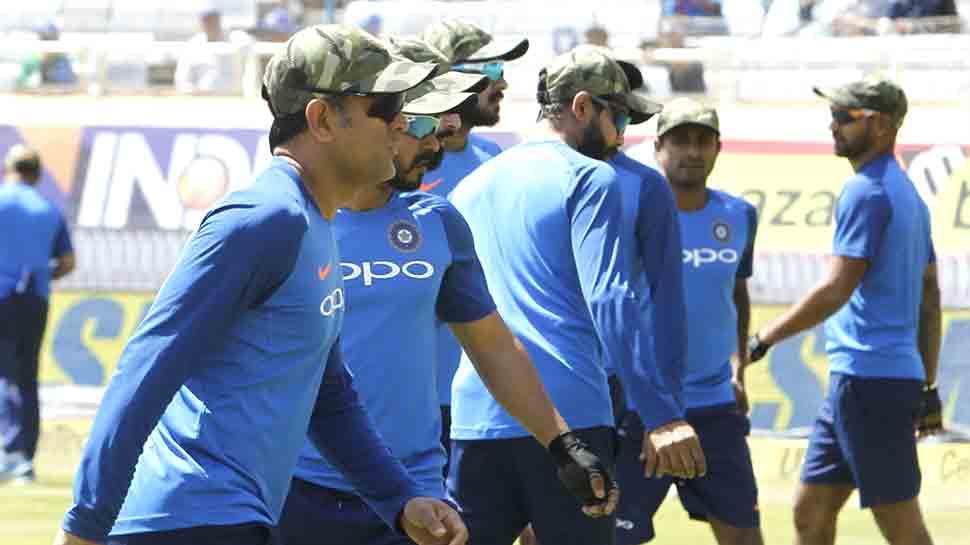 VIDEO: सेना के सम्मान में आर्मी कैप पहनकर खेल रही टीम इंडिया, धोनी ने सौंपी सबको कैप