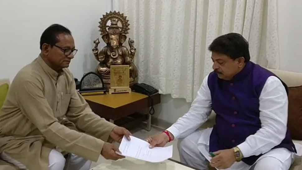 गुजरात: एक ही दिन में कांग्रेस को डबल झटका, एक और विधायक साबरिया ने दिया इस्तीफा