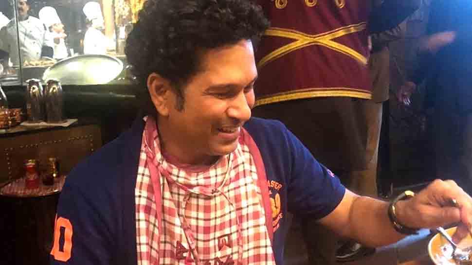 VIDEO: सचिन तेंदुलकर ने मां के लिए बनाया बैंगन का भर्ता, तभी चाकू से कट गई उंगली!
