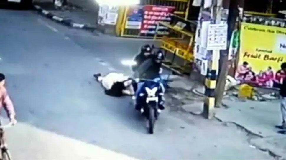 दिल्लीः रास्ते में फोन पर बात कर रही थी महिला, तभी बाइक सवार आए और...