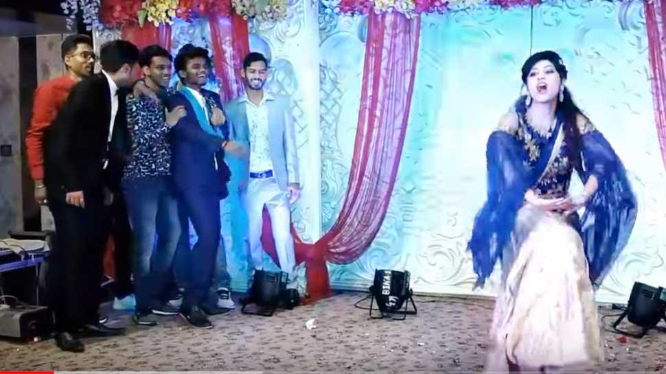 VIDEO: 6 लड़कों पर भारी पड़ी यह लड़की, 'आज है सगाई' गाने पर लगाए जबरदस्त ठुमके