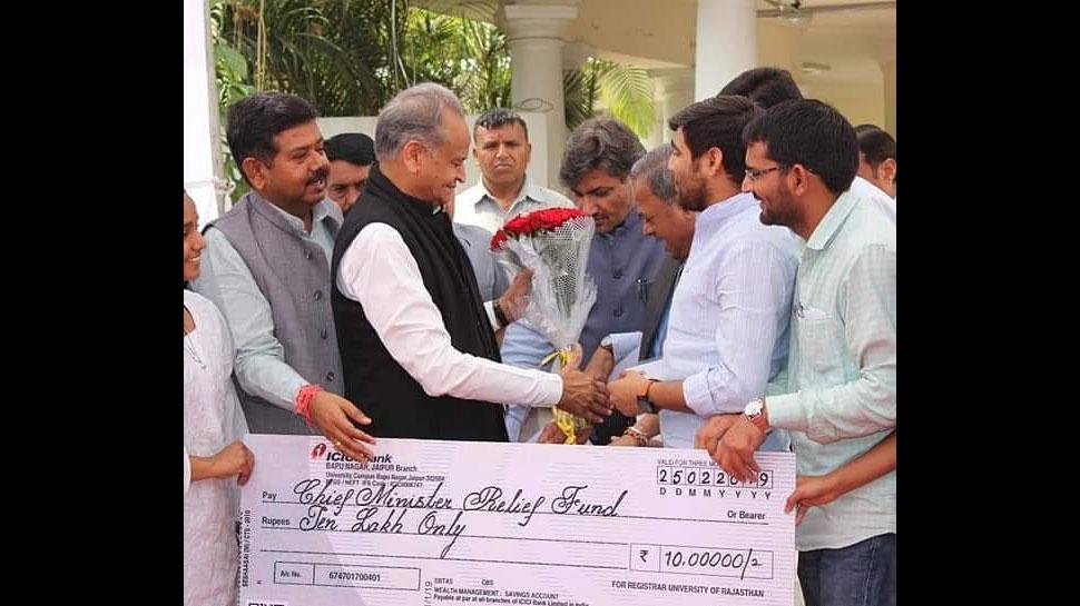 पुलवामा अटैक: शहीदों के परिजनों के लिए राजस्थान यूनिवर्सिटी ने CM को सौंपा 37 लाख का चैक