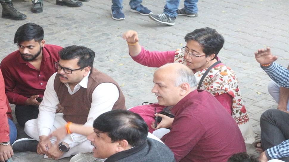 कॉल सेंटर मामले में पुलिस छापेमारी नहीं थमने पर चुनाव आयोग के बाहर धरने पर बैठे AAP नेता