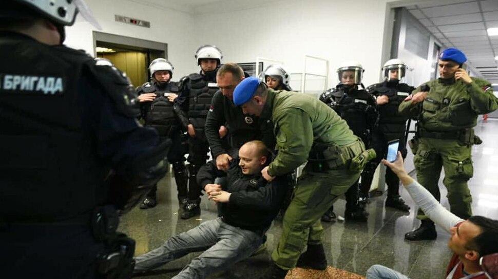 सर्बिया में सरकारी टेलीविजन के ऑफिस में जबरन घुसे विपक्षी पार्टी के सैकड़ों समर्थक