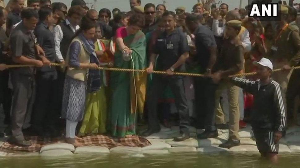 प्रयागराज: प्रियंका गांधी ने गंगा यात्रा से पहले संगम में की पूजा, बड़े हनुमान मंदिर भी गईं