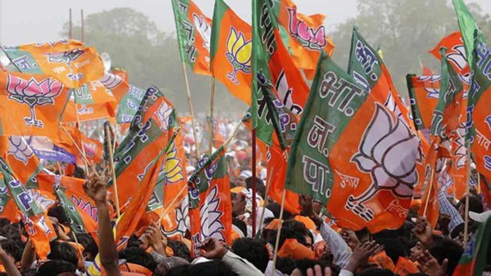 जबरन झंडा उतारने की घटनाओं के खिलाफ BJP ने की चुनाव आयोग से शिकायत