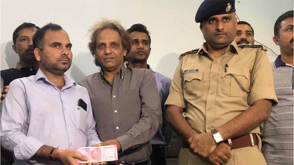 शख्स ने पेश की ईमानदारी की मिसाल, कचरे के पास मिले 10 लाख रुपए लौटाए, बना लखपति