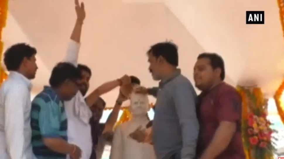 VIDEO: प्रियंका ने दी पूर्व पीएम शास्त्री को श्रद्धांजलि, BJP कार्यकर्ताओं ने गंगाजल से धोई  प्रतिमा