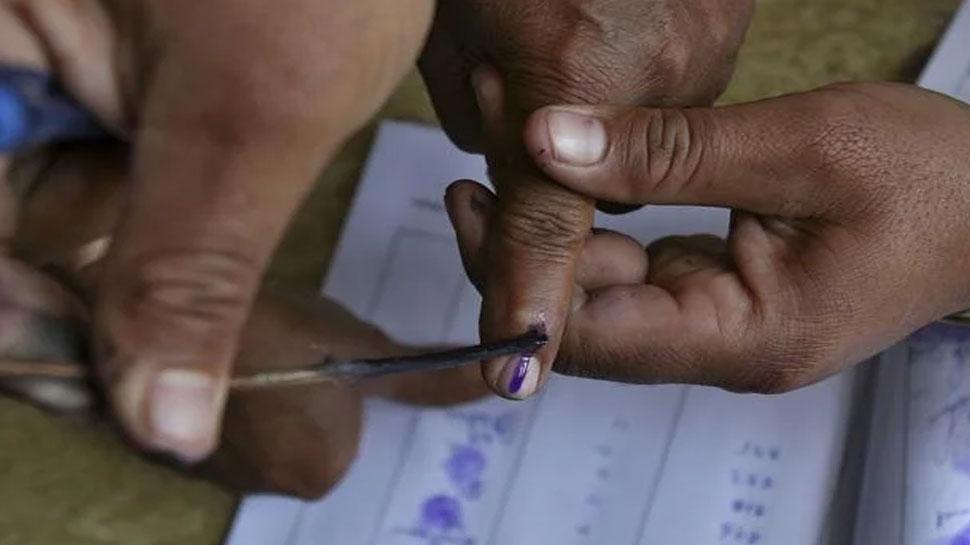 महाराष्ट्र : कुछ ही दिनों के अंतराल में होंगे निकाय और लोकसभा चुनाव, इसलिए दाहिने हाथ में स्याही लगेगी