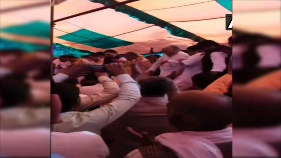 VIDEO: BJP का चल रहा था होली मिलन समारोह, तभी भरभरा कर गिरा मंच और फिर...
