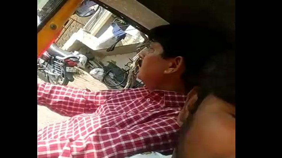 चालक के कहने पर 'विधायक जी' ने चलाया ऑटो, सोशल मीडिया पर वायरल हुआ VIDEO
