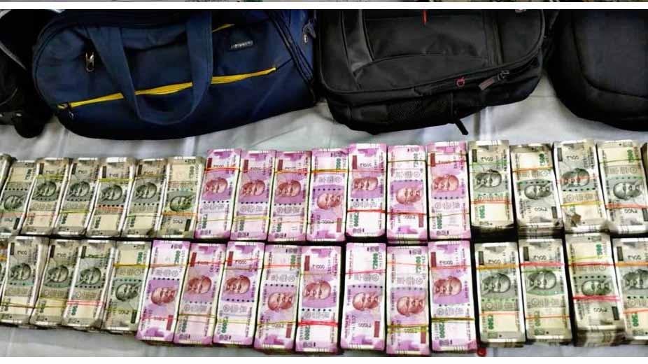 ट्रेन के एसी कोच में यात्री बनकर करते थे चोरी, डेढ़ महीने में उड़ाए 6 करोड़ रुपए