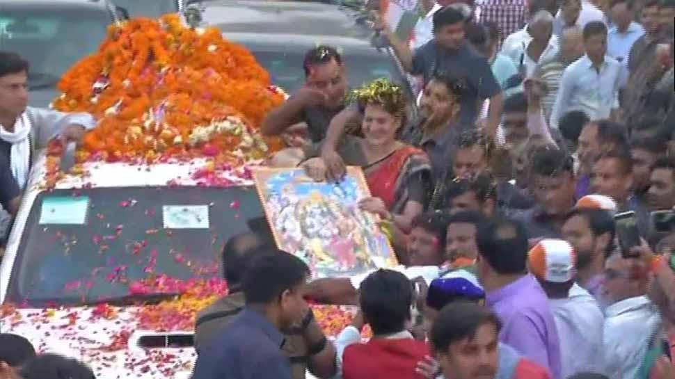 प्रियंका गांधी वाड्रा का अयोध्या में रोड शो, हनुमानगढ़ी में किए दर्शन