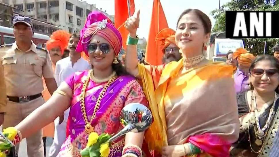 उर्मिला मातोंडकर ने लोगों के बीच मनाया 'गुड़ी पड़वा', मुंबई की सड़कों पर किया Dance