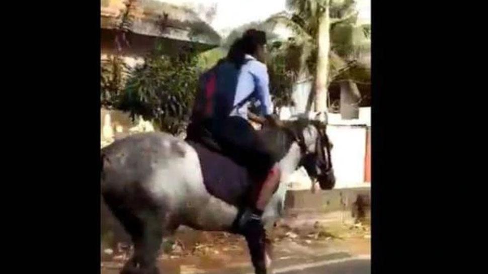 एग्जाम के लिए हो रही थी देरी, नहीं मिली गाड़ी तो घोड़े पर बैठकर स्कूल पहुंची छात्रा, Video वायरल