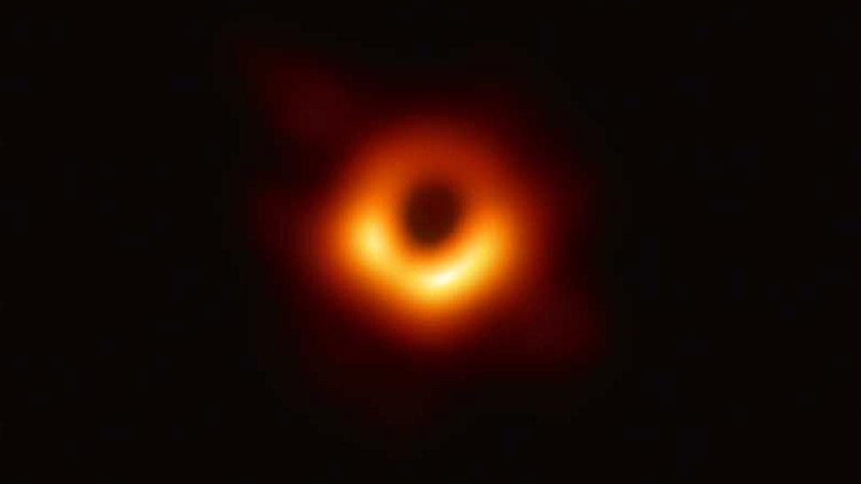 ऐतिहासिक पल : सामने आई  500 मिलियन ट्रिलियन किमी दूर स्थित 'Black Hole' की पहली तस्वीर