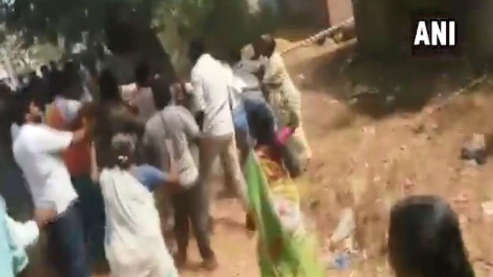VIDEO : एक तरफ डाले जा रहे थे वोट, तो दूसरी तरफ कार्यकर्ताओं के बीच चल रहे थे लात-घूंसे