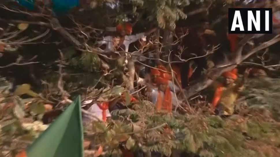 VIDEO: प्रधानमंत्री की रैली में उमड़ी भीड़, पेड़ों पर चढ़े कार्यकर्ता, PM मोदी बोले- रिस्क मत लीजिए