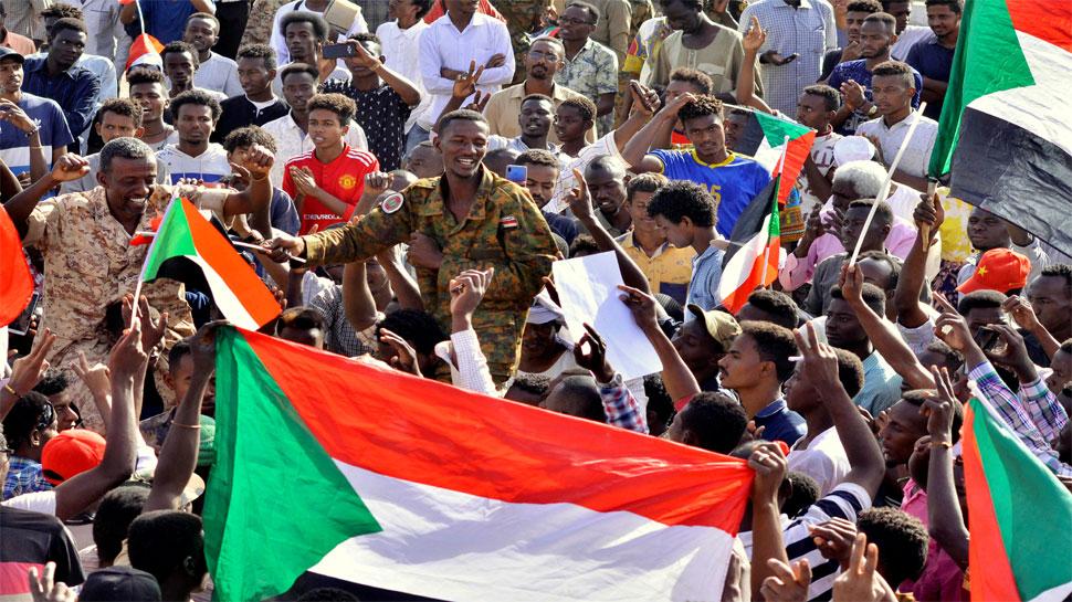 सूडान: प्रदर्शनकारियों ने सैन्य शासकों से की मांग, कहा- असैन्य सरकार की स्थापना करें