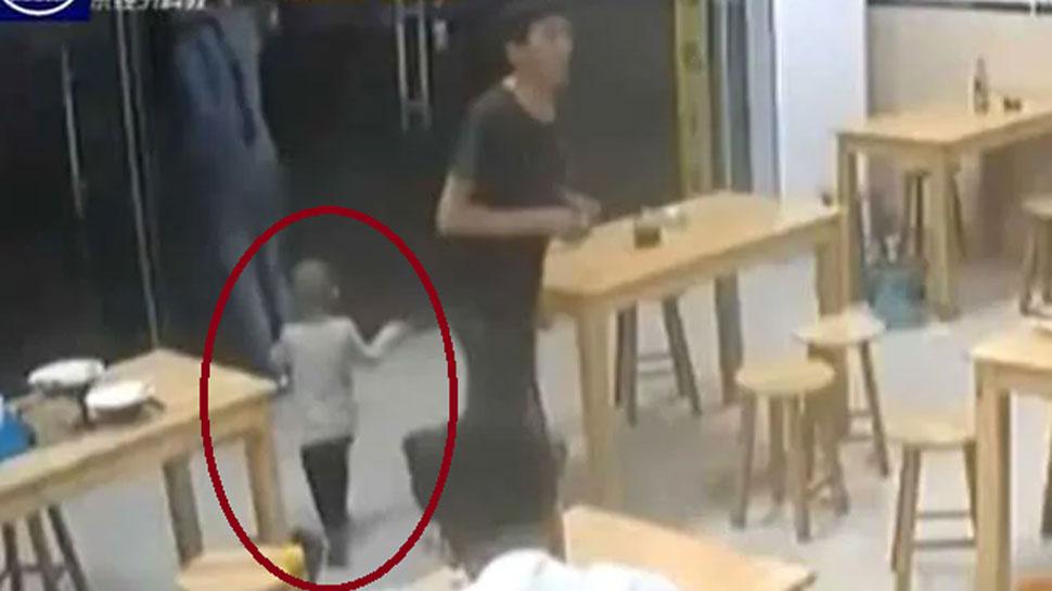 VIDEO: 62 रुपये के लिए बेटी को रेस्त्रा में छोड़कर चला गया पिता, कहा- 'पैसे होंगे तो ले जाऊंगा'