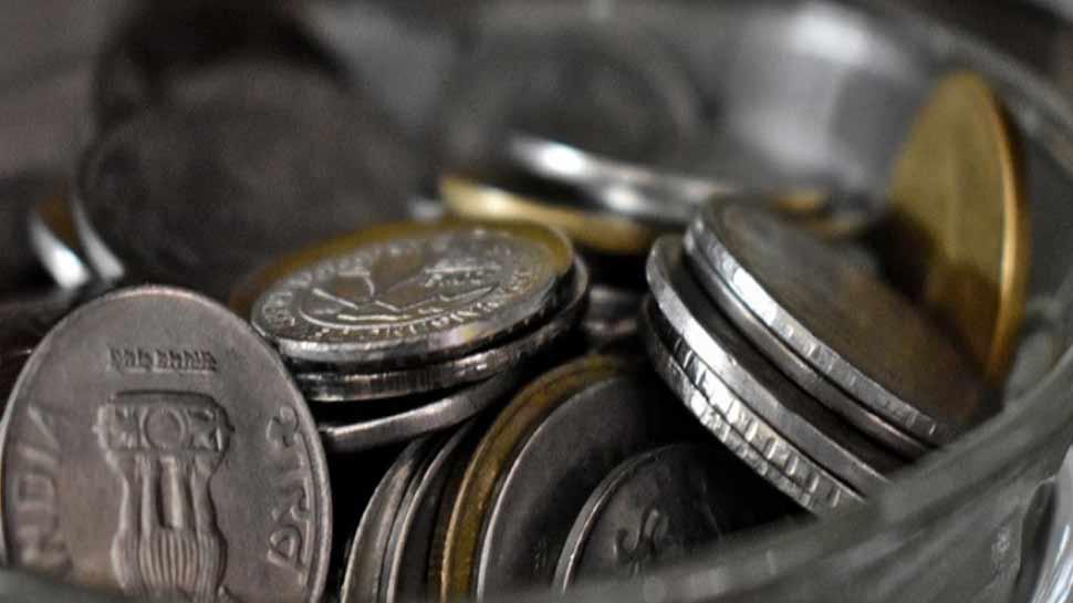 30 किलो के सिक्के बोरी में भरकर DM ऑफिस पहुंचा बुजुर्ग, कहा- नामांकन फॉर्म दे दीजिए