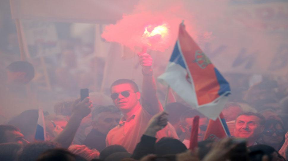 सर्बिया: राष्ट्रपति के पक्ष में प्रदर्शन के दौरान हजारों लोग सड़कों पर उतरे