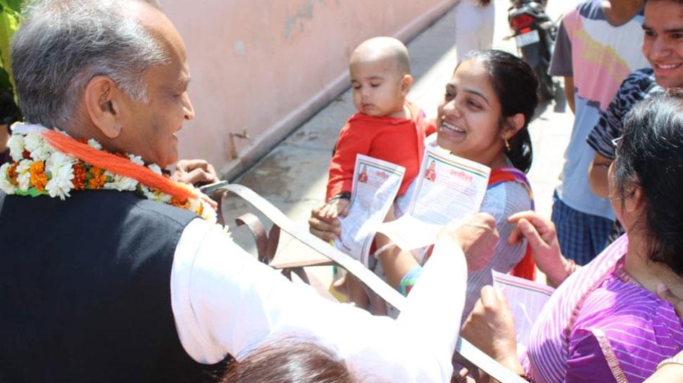 लोकसभा चुनाव: सीएम अशोक गहलोत ने जयपुर के घरों में दी दस्तक, मांगा कांग्रेस के पक्ष में वोट