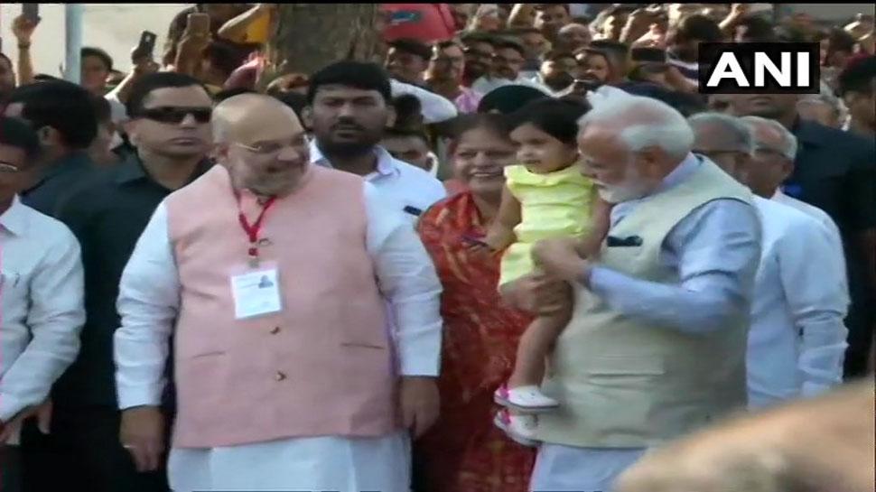 VIDEO: जब PM मोदी ने वोट करने से पहले अमित शाह की पौत्री को गोद में उठाया...