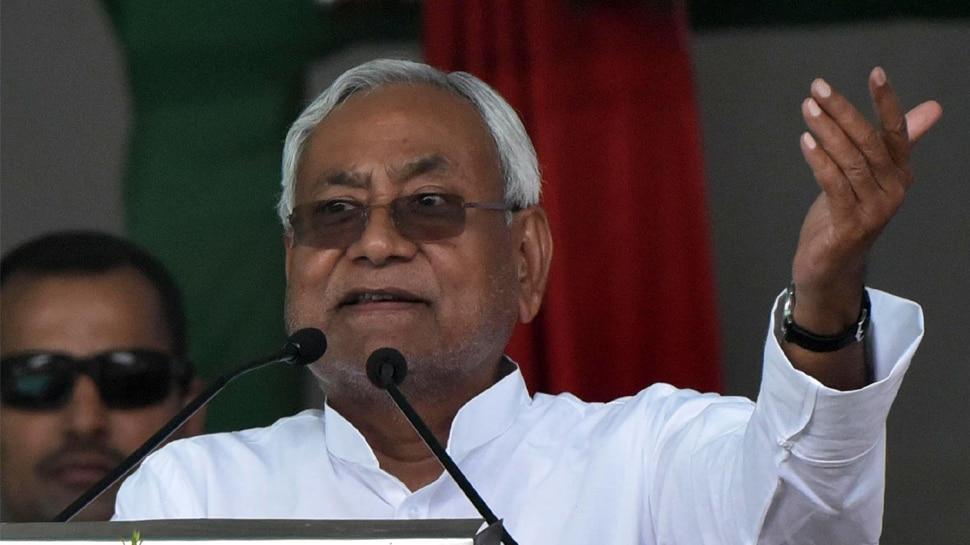 नीतीश कुमार ने महिलाओं से कहा, 'घर के मर्द आपके हिसाब से वोट देकर आए तभी खाना दें'