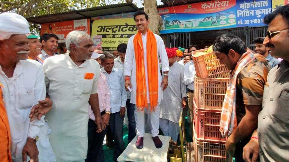 राजस्थान: ग्रामीणों ने राज्यवर्धन सिंह राठौड़ को केले से तोला, कहा...