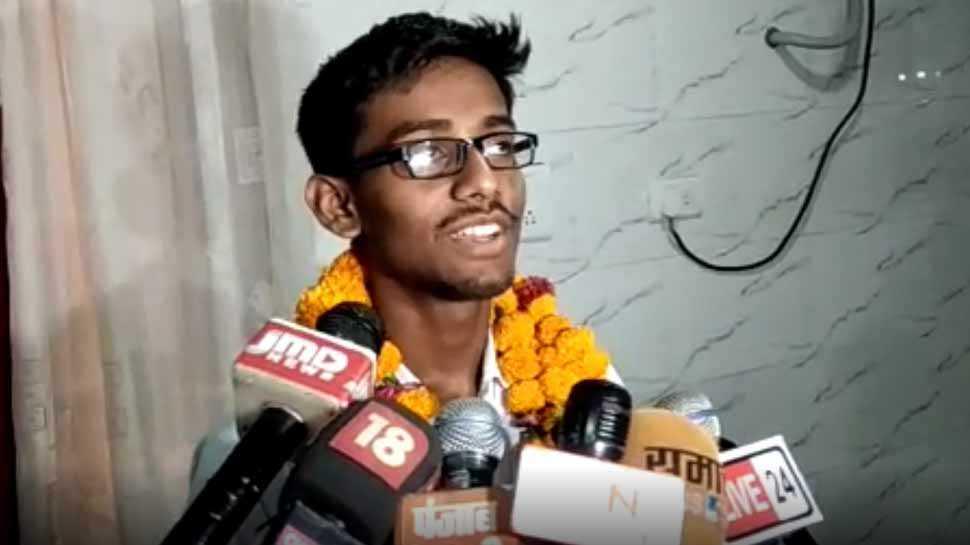 कानपुर के गौतम रघुवंशी ने 10वीं में किया टॉप, इंजीनियर बनने की है चाहत