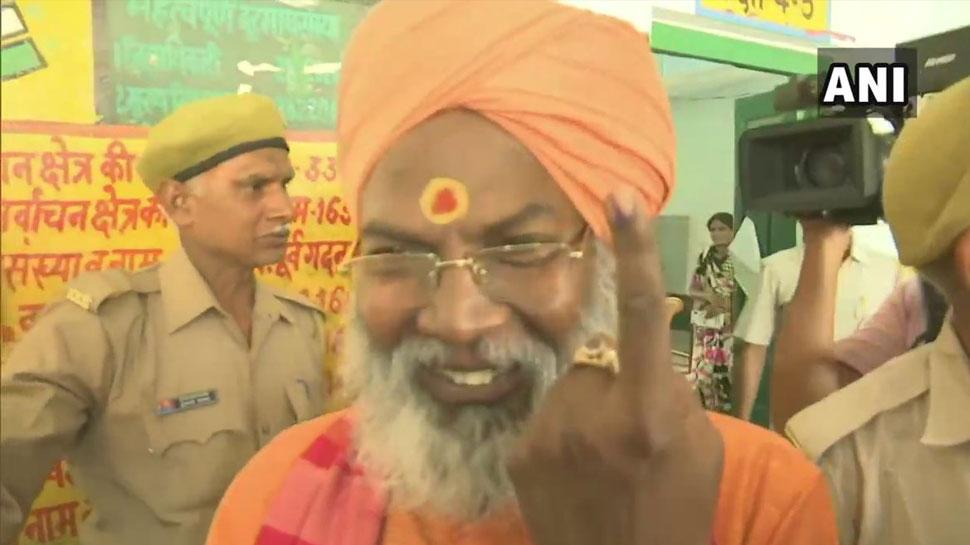 वोट डालने के बाद बोले साक्षी महाराज, 'फिर होगी BJP की जीत, विपक्षी फुके हुए कारतूस की तरह'