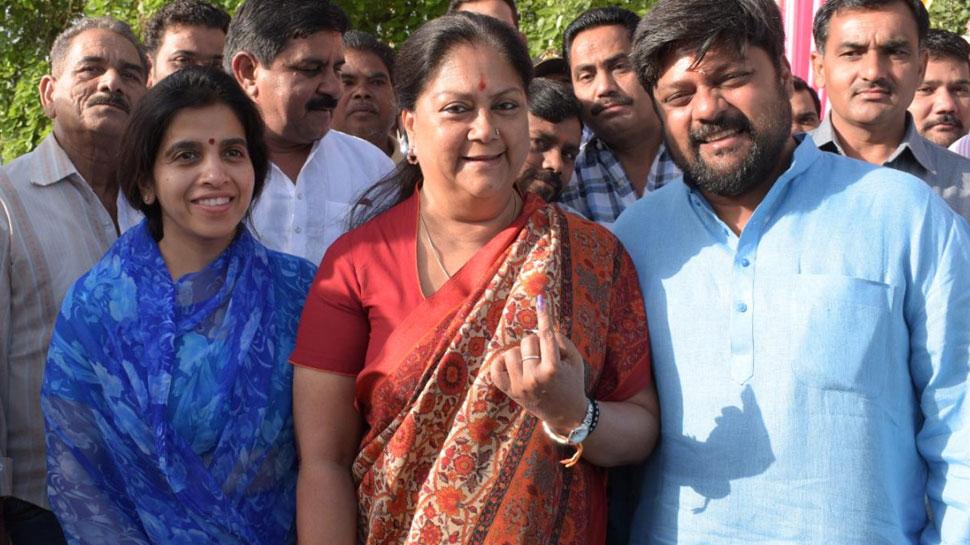 राजस्थान: वसुंधरा राजे ने झालावाड़ में डाला वोट, 13 संसदीय सीटों पर मतदान जारी