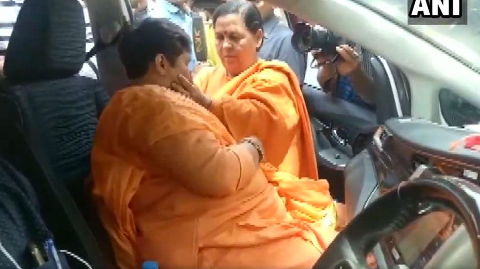 VIDEO: BJP की दो साध्वी नेताओं का भावुक मिलन, उमा के गले लग जब रो पड़ी साध्वी प्रज्ञा, कही ये बात...